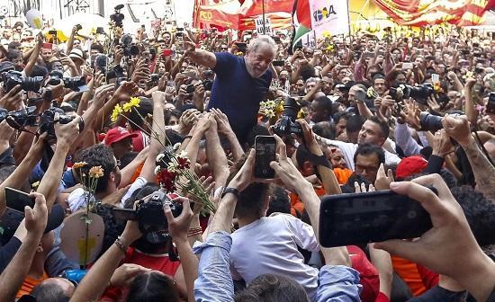 7日在巴西圣保罗附近,前巴西总统卢拉被金工工会总部的支持者围绕,他自首前在那里躲过了牢狱之灾。 (图源:法新社)