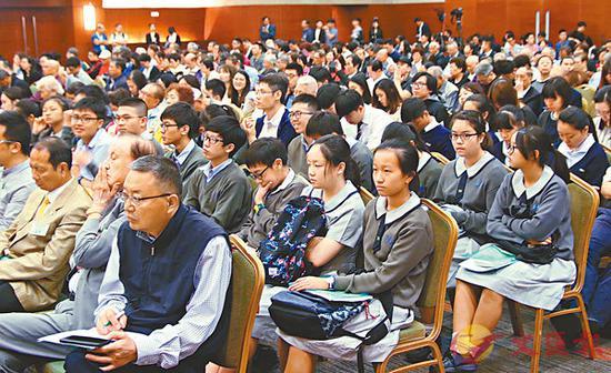 出席学生认真聆听讲者发言。(图:港媒)