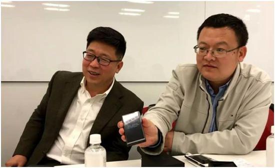 走访日本最大视频分享网站NICONICO运营商Dwango公司总部时,中国智库媒体代表试用中国互联网公司搜狗生产的翻译机与现场日方代表进行翻译交流。摄:萨苏