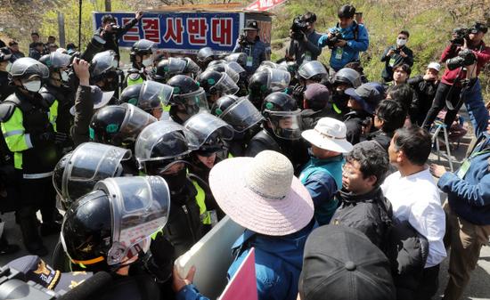 韩国警察12日上午开始强制疏散居民