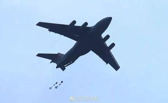 ▲资料图片:运-20首次与空降兵部队联合开展空降空投训练。(@空军发布)