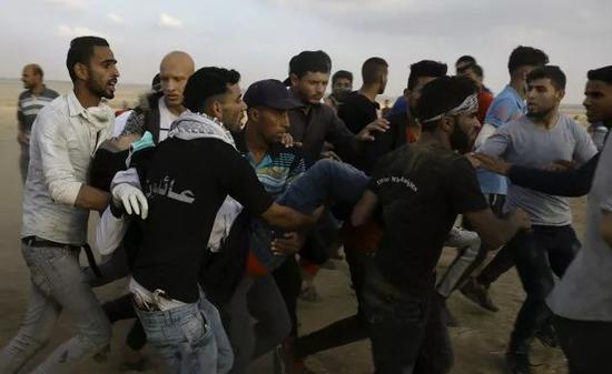 巴勒斯坦人抬着被枪击中的纳吉尔