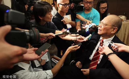 2012年7月,曾宪梓在香港接受采访。图片来自视觉中国