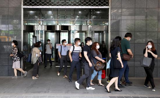 出现确诊病例后,首尔市政府员工迅速离开大楼(韩联社)