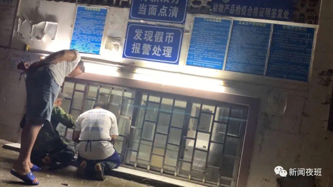 """广西南宁又现""""丁义珍式窗口"""" 办事要半蹲甚至跪下"""