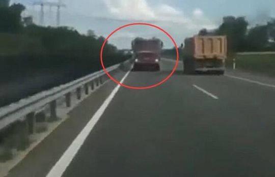 小巴车撞上前面的卡车