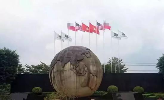 在越台企凯胜家具工厂前的旗帜