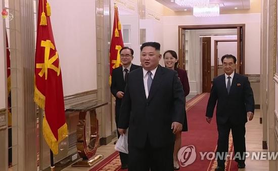 金正恩步入劳动党中央委员会大楼(韩联社)
