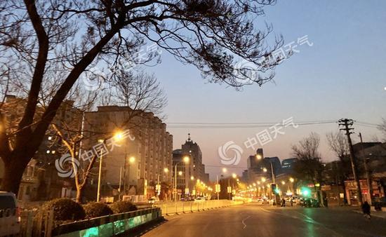 今晨,北京能见度较低,寒意十足。(图/王晓)