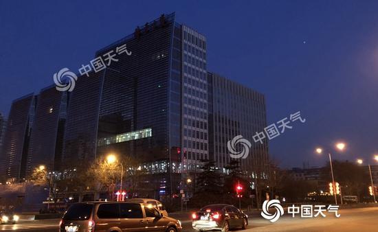 今晨,北京天微微亮,街灯还未熄灭。(图/王晓)