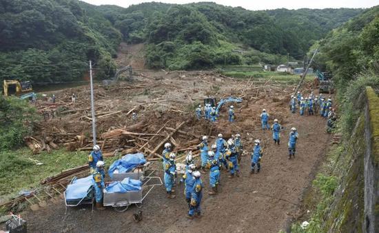 这是7月5日拍摄的日本熊本县津奈木町泥石流受灾现场。新华社/共同社