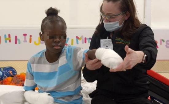 美国10岁男孩感染新冠引起并发症 被迫截去双手双