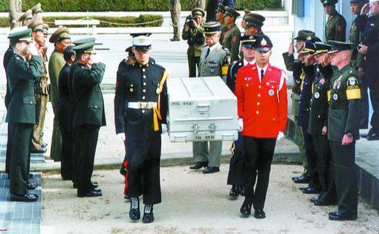 图为1997年在板门店举行的美军遗骸送还活动