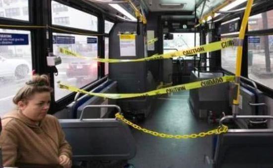 当地时间3月23日,美国纽约州纽约市一辆公共汽车的车头被贴上隔离胶带,以隔离乘客和司机的距离。  图:中新社