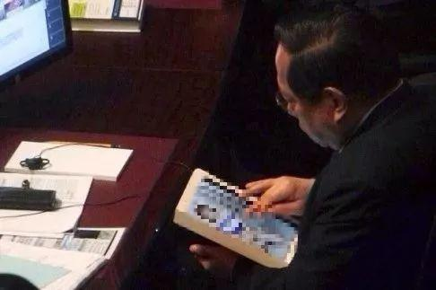 曾俊华宣读《预算案》时期, 何俊仁阅读素女图散图源:北华早报