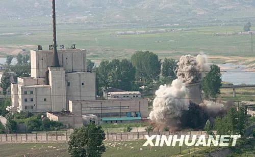 ▲资料图片:2008年6月27日,在朝鲜核工业重地宁边,20多米高的核设施冷却塔在烟尘中倒塌。
