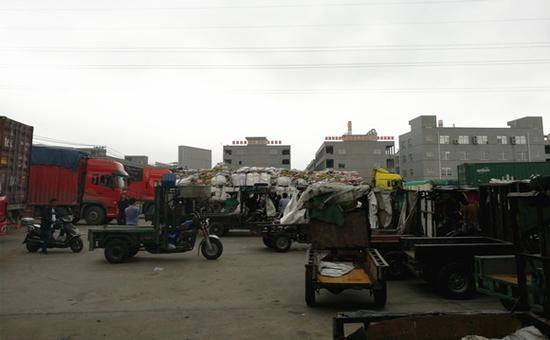 大货车、三轮车、摩托车密密麻麻。图:梁宙/摄