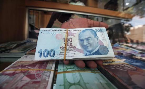 ▲美国对俄罗斯、土耳其进行的经济制裁已经带来了连锁反应,受土耳其里拉暴跌的影响,多国货币接连下跌。