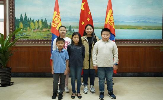 蒙古国大使馆里的孩子们(右二为蜜雪)汹涌消息记者 南博一 图