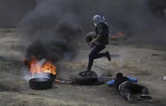 ▲14日,巴勒斯坦抗议民众向以色列军队投掷石头和燃烧弹。(美联社)