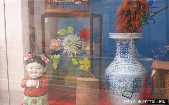 """小型""""民俗""""展览室的橱窗里展示着从居民征集来的老物件。千龙网记者 张嘉玉"""