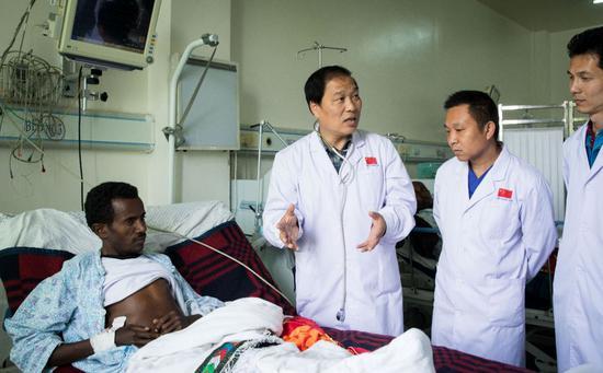 8月17日,在埃塞俄比亚首都亚的斯亚贝巴市郊的中国-埃塞俄比亚友好医院,心内科医师、医疗队队长赵诚(左二)等中方医生一起讨论患者病情。新华社记者吕帅摄