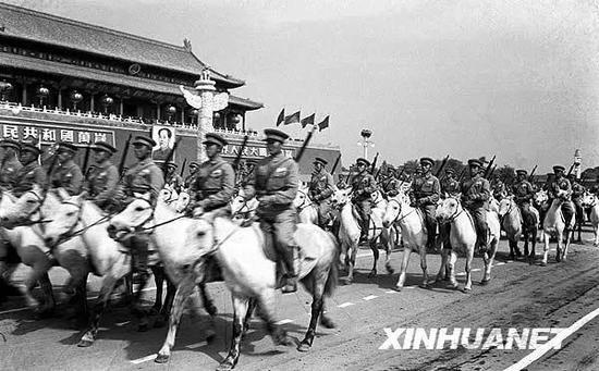 1950年10月1日,中国人民解放军骑兵部队通过天安门广场。在这一年的阅兵式上,1900多匹战马组成的骑兵大队是一大看点。新华社记者 石少华 摄