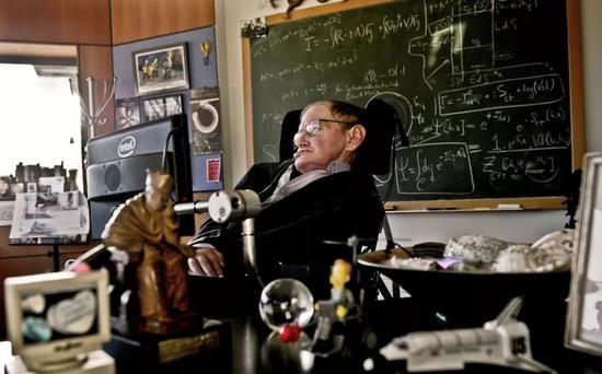 ▲2011年,霍金在位于剑桥大学的办公室工作。(法新社)