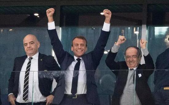 法国总统马克龙振臂欢呼