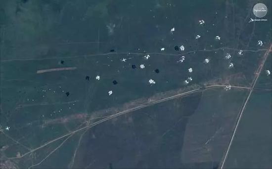 卫星还抓拍到了俄罗斯空军伊尔-76运输机空投空降兵(VDV)伞兵战车,人员和设备的画面,十分罕见。