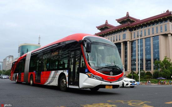 """(""""中國紅""""爲外觀主題的純電動公交車成爲北京一道靚麗風景,圖片來源:東方IC。)"""