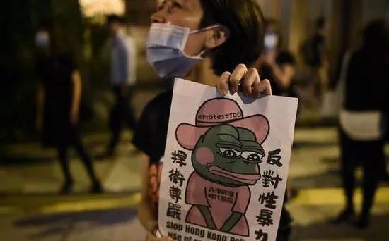有香港示威者拿着佩佩蛙形象的文宣材料跑上街头