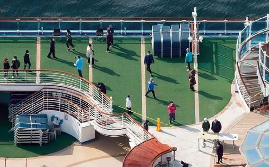 乘客在甲板上放風。