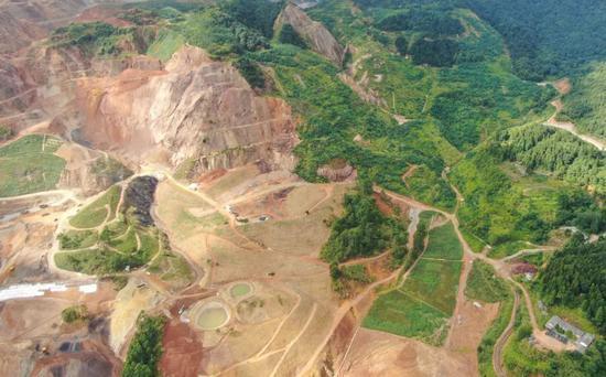 大宝山已进行生态修复和即将进行生态修复的不同片区泾渭分明(8月4日无人机照片)。本报记者邓华摄