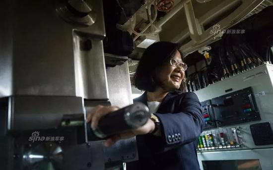 """▲资料图片:蔡英文参观台湾海军剑龙级潜艇""""海龙""""号。"""
