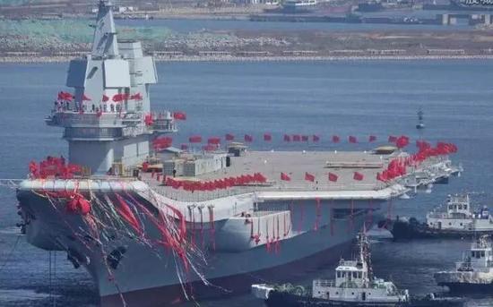 ▲中国首艘国产航母下水的情景