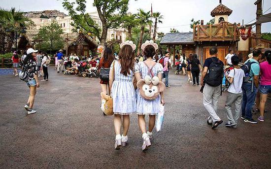 上海迪士尼乐土内的雪莉玫粉丝。