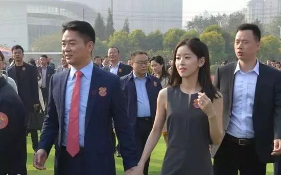 2018年1月,刘强东携奶茶妹妹参加2018冬季达沃斯论坛。