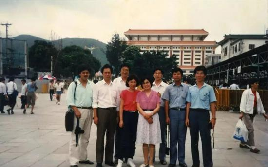 首次來深圳的郭臺銘(左二)