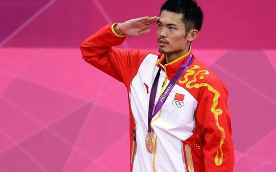 2012年倫敦奧運會,林丹奪冠後敬軍禮