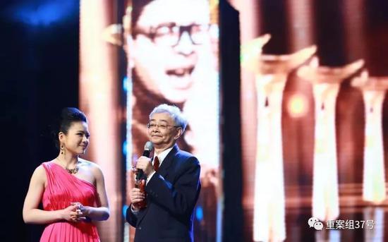 ▲第15届上海国际电影节开幕式现场的吴贻弓(右)。图片来自视觉中国