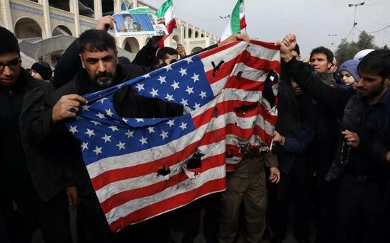 伊朗民众既会抗议民生艰难,也能手撕美国国旗,在许多时候两者其实不矛盾。