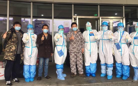 治愈出院后,王睿和医护人员合影。受访者供图