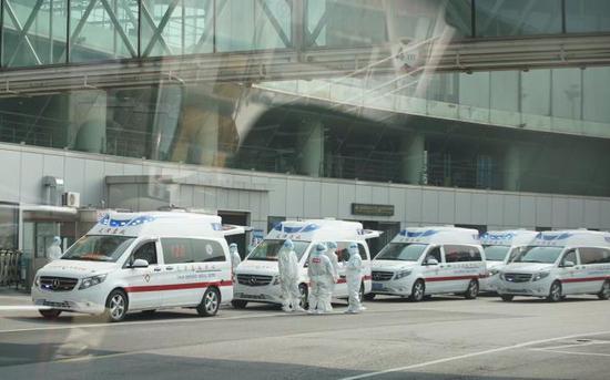 天津机场,救护车整装待命,预备转运有发烧等症状的游客。天津市卫健委供图