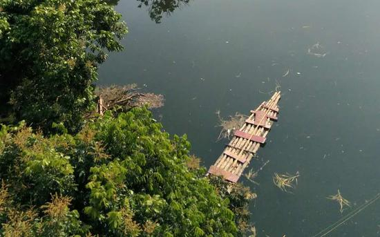 摩天测速:西一村庄被水摩天测速淹没村民乘竹筏出行图片
