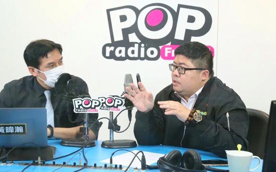 民进党民代蔡易余(右)13日担当台媒专访。