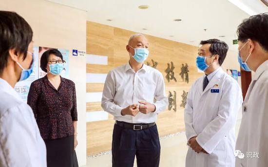 摩天平台,问抗疫摩天平台一线医务人图片