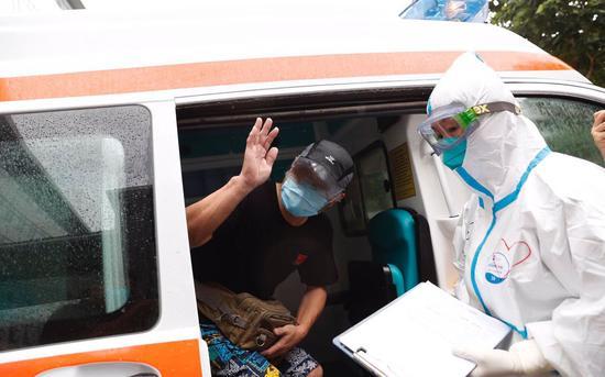 本日上午,何老师脱离北京地坛医院病房楼。新京报记者侯少卿摄