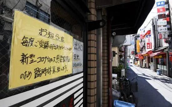 临时停业的店铺很多、午餐时人流稀少的东京新桥的餐饮街。