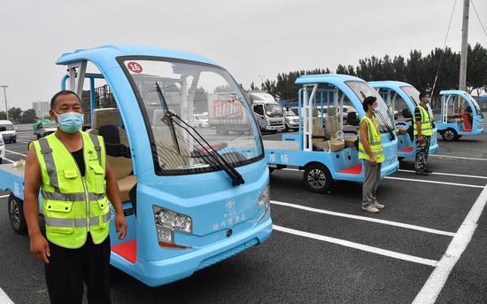 交易成功后,市场摆渡车会将货物从经销区转运至采购区,随后买家装车离场。摄影/新京报记者 吴宁